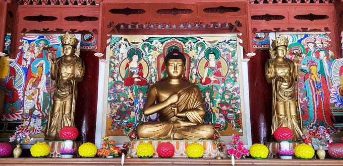 Từ kết cấu đến các vị phật thờ trong chùa đều mang đậm dấu ấn văn hóa phương Đông. Chính giữa chùa thờ tượng Phật tổ, hai bên là tượng Văn Thù và Phổ Hiền Bồ tát.