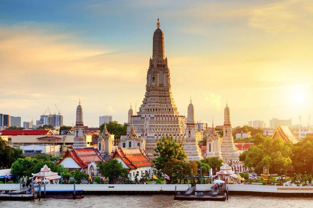 Wat Arun là một trong những ngôi chùa cổ kính nhất của Bangkok (Thái Lan), có tên tiếng Việt là Bình Minh. Tương truyền, khi vua Thaksin quyết định xây dựng kinh đô mới tại Thonburi, ông đã tới đây vào một buổi bình minh. Ngôi chùa sau đó đã được đổi tên thành Wat Chaeng (nghĩa là sự sáng sủa của buổi bình minh). Ảnh: Matichonacademy.