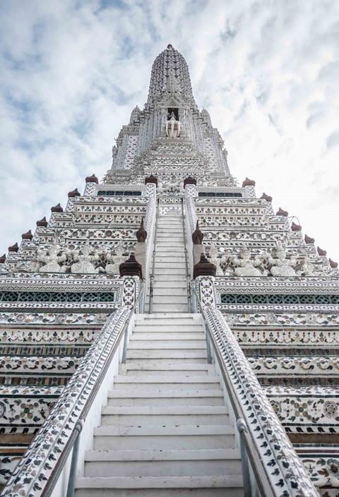 Ngôi chùa nằm bên bờ Tây của sông Chao Phraya (Thonburi). Từ trung tâm Bangkok, bạn có thể tới đây bằng tàu điện trên cao, rồi đi taxi đến thẳng chùa. Tuy nhiên, nhiều người chọn cách trải nghiệm thú vị hơn đó là di chuyển từ bờ sông Chao Phraya đi phà sang bờ bên kia. Ảnh: Thaiticketmajor, Pantip.