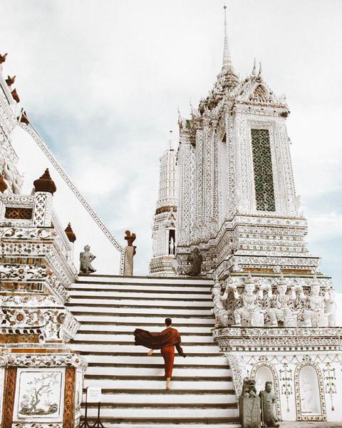Ngôi chùa hùng vĩ cao hơn 70 m. Xung quanh các ngọn tháp, những mảnh kính hoặc gốm sứ nhỏ được trang trí, tạo màu sắc lộng lẫy, bắt mắt, làm nên nét đẹp riêng biệt cho điểm đến này. Thậm chí, nhiều người còn xem đây là một trong những ngôi chùa đẹp nhất Thái Lan. Ảnh: Thaiticketmajor.