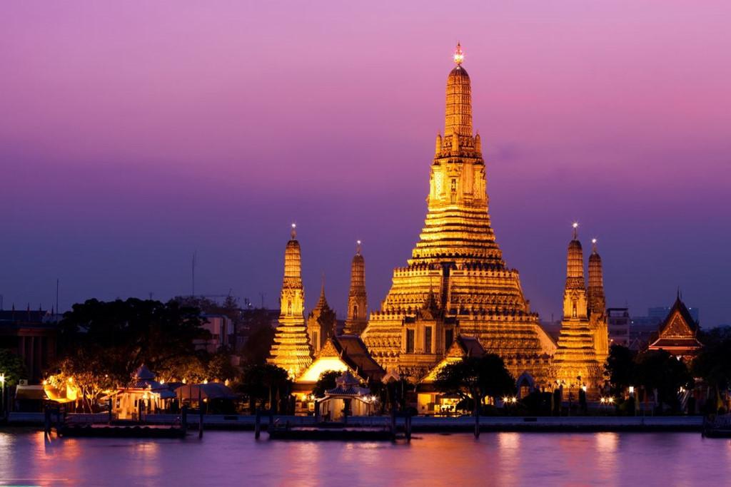 Tuy có tên là chùa Bình Minh, Wat Arun lại đẹp nhất vào thời điểm hoàng hôn và buổi tối. Lúc Mặt Trời lặn, ánh sáng hoàng hôn chiếu lên các ngon tháp tạo nên khung cảnh rực rỡ chưa từng thấy. Buổi tối là khoảng thời gian ngôi chùa được thắp sáng rất lung linh, huyền ảo. Ảnh: Govivigo.