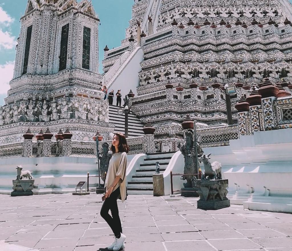 Sân thứ hai nổi bật với những cánh cổng mái đá hình xoáy và các bức tượng mô tả sự kiện chính trong cuộc đời Phật. Cánh cổng được sơn màu vàng cam và nâu với phần mái vàng chanh và xanh da trời. Những bậc thềm và toàn bộ kiến trúc đồ sộ chính là nơi tạo cảm hứng sáng tác các tác phẩm hình ảnh độc đáo của nhiều du khách khi tới đây. Ảnh: Thaiticketmajor.