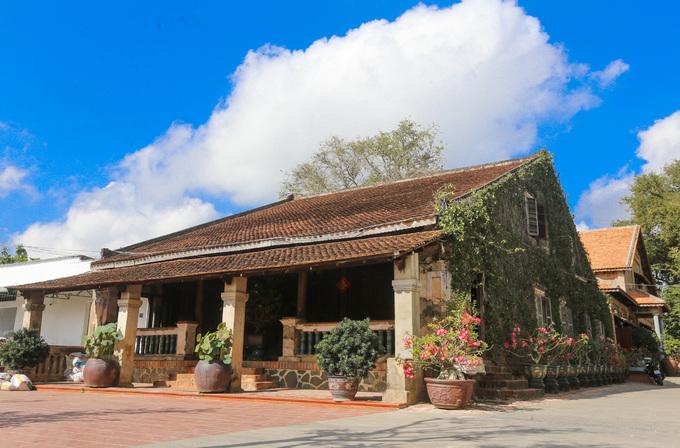 Du lịch Tây Ninh tham quan ngôi nhà 120 năm lưu giữ nhiều đồ cổ – iVIVU.com