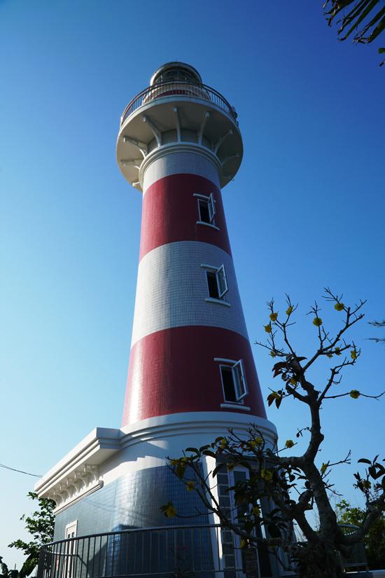 Hải đăng có hình trụ tròn, cao 36,4 m, tầm nhìn 17 hải lý. Ngoài giúp tàu thuyền định vị, đây còn là điểm cho du khách tham quan với giá vé 10.000 đồng một lượt.