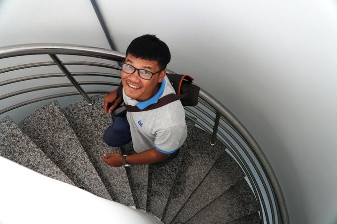 Du khách phải leo 80 bậc thang để lên ngọn hải đăng.
