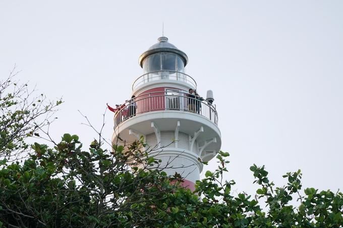 Nhiều du khách lên ngọn đèn để tham quan và chụp hình toàn cảnh biển Ba Làng An.