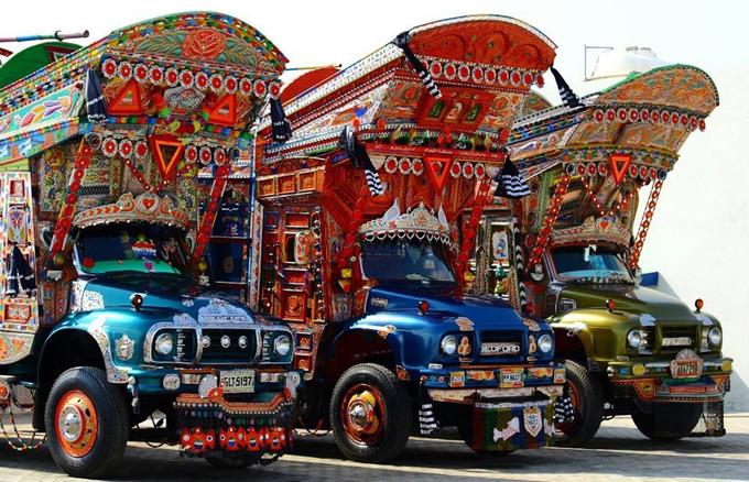 Những năm 1970, các du khách Mỹ và châu Âu trở về nhà với những bức ảnh chụp xe tải, xe bus sơn màu rực rỡ chạy khắp các đường phố ở Pakistan. Paradise, cuốn sách về hành trình từ Thổ Nhĩ Kỳ qua Iran đến Nam Á, đã ghi lại sự ngạc nhiên của một nhóm thanh niên hippie châu Âu khi biết tới Truck Art (Nghệ thuật trang trí xe tải).