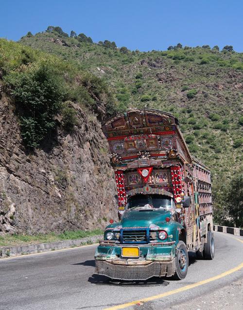 Cuối những năm 1980, chính phủ Pakistan và các nhà đầu tư độc lập bắt đầu tổ chức các buổi trưng bày ở nước ngoài. Từ đó, nghệ thuật dân gian đặc trưng của Pakistan được biết tới nhiều hơn. Nhìn vào chiếc xe, bạn có thể biết được nét văn hóa lịch sử đặc trưng của từng vùng đất tại Pakistan.
