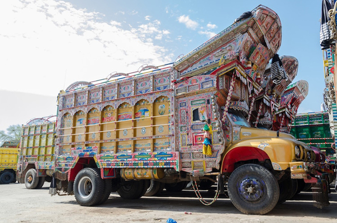 Phía trên nắp cabin được dựng mái vươn ra phía trước như hiên nhà bằng gỗ. Từ đó, khắp các bề mặt, người hoạ sĩ thỏa sức sáng tác và bay bổng với tâm hồn của mình. Hoạ tiết hình tròn vành trắng tâm đỏ, hoa lá, cỏ cây chiếm chủ đạo với đủ màu sắc, thoạt nhìn có vẻ rối mắt. Quanh gương chiếu hậu thường được vẽ và viền rất kỹ. Tại vùng Sindh ở miền Nam, những đồ trang trí từ xương lạc đà cũng rất được ưa chuộng. Xung quanh thùng hay gác chắn phía trước, nhiều quả chuông, chùm dây được treo đều tăm tắp. Khi chạy, âm thanh leng keng và búi nilon hay vải tung bay theo gió làm chiếc xe thêm sống động.