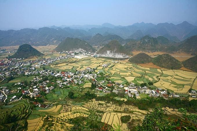Từ thành phố Hà Giang đi theo quốc lộ 4C 46 km về phía bắc, du khách sẽ gặp một vùng đất có phong cảnh hữu tình. Đó là thung lũng Tam Sơn thuộc thị trấn Tam Sơn, huyện Quản Bạ, Hà Giang.