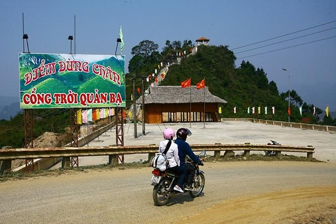 Trên đường từ quốc lộ 4C xuống thung lũng Tam Sơn, có một điểm dừng chân là Cổng trời Quản Bạ. Từ đây, du khách có thể chiêm ngưỡng toàn bộ thung lũng. Năm 2010, Núi Đôi được xếp hạng di tích danh lam thắng cảnh quốc gia.