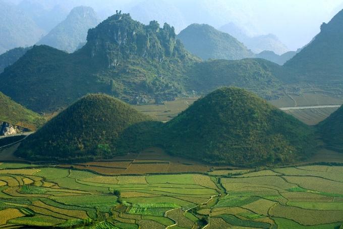 Tạo hóa đã ban tặng cho Tam Sơn hai quả núi kế nhau hình dáng như bộ ngực của người con gái; được gọi là núi Đôi hay núi Cô Tiên. Hai ngọn núi có chu vi gần 1.000 m, diện tích khoảng 3,6 ha. Núi Đôi, cùng với 3 ngọn núi (Tam Sơn) trong lòng thung lũng được hình thành từ quá trình vận động của vỏ Trái đất.