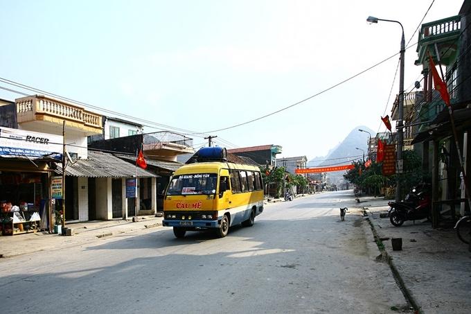 Con phố chính của thị trấn Tam Sơn dưới chân những dãy núi. Đường rất vắng và bình yên, thi thoảng mới có một chuyến xe chạy qua.