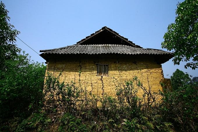 Ở đây vẫn còn những ngôi nhà trình tường xây bằng đất nện dày mát mẻ vào mùa hè, ấm áp khi đông sang.