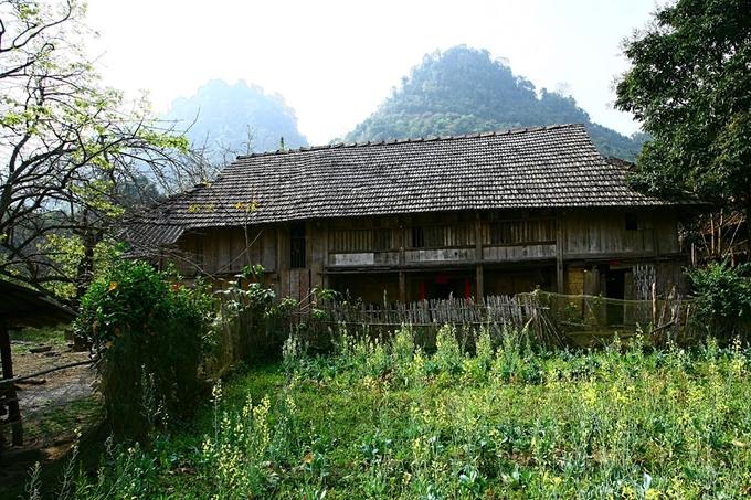 Nhưng phổ biến hơn cả vẫn là những ngôi nhà sàn hai tầng với vườn cây, hoa lá bao quanh.