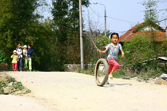 Các thôn xóm trong thung lũng có nếp sống bình yên, trẻ nhỏ vẫn duy trì những trò chơi đơn giản.