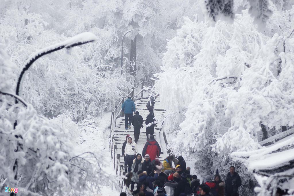 Con đường từ chân núi lên tới đỉnh (khu vực tham quan) khá xa và phải di chuyển bằng ôtô. Sau đó, du khách sẽ đi cầu thang bộ một đoạn tương đối dài mới đến cáp treo để lên tới đỉnh cao nhất. Tuy nhiên, chính quãng đường leo thang bộ này lại là trải nghiệm thú vị nhất. Nếu muốn tới đây trải nghiệm, du khách nên chuẩn bị sức khỏe, trang phục chống lại cái lạnh để có thể tận hưởng thiên nhiên, cảnh vật một cách trọn vẹn nhất.