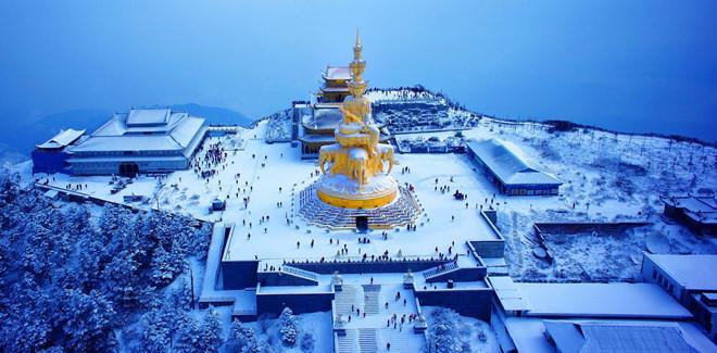 Phía trên núi Nga Mi có ngôi chùa Vạn Niên mang đậm dấu ấn Đạo giáo. Trong khuôn viên ngôi chùa này lại chia ra gồm chùa đồng, chùa bạc và chùa vàng. Phía trước sân là bức tượng Phổ Hiền Bồ Tát cao 7,35 m, nặng 62 tấn đúc từ đồng và mạ vàng bên ngoài, được xem là bức tượng Phật cao nhất thế giới. Ảnh: ems517.