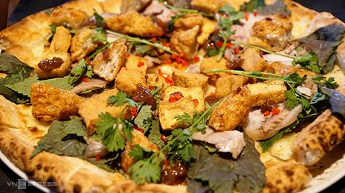 Chiếc pizza bún đậu mắm tôm được phục vụ tại một số chi nhánh của nhà hàng pizza ở Sài Gòn. Ảnh: Di Vỹ.
