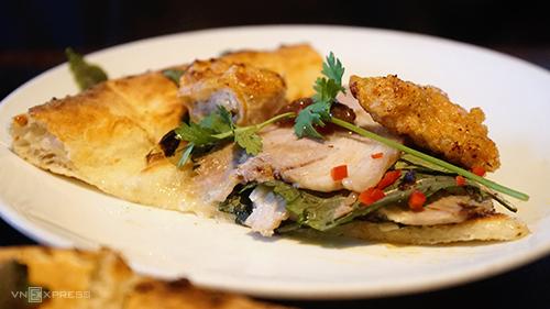 Chiếc bánh được cắt làm 7 miếng nhỏ, bên trên có đầy đủ thịt luộc, chả cá, đậu hũ, rau và chút mắm tôm. Ảnh: Di Vỹ.
