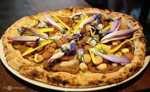 Trong danh sách các món mới của nhà hàng còn có pizza ngó sen với giá mỗi chiếc là 150.000 đồng, mùi vị của loại này không có gì đặc biệt. Ảnh: Di Vỹ.