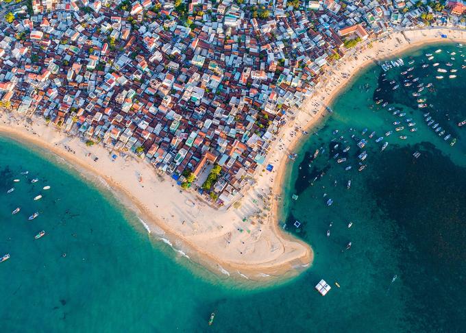 Khu vực Nhơn Hải có nhiều dịch vụ dành cho du khách như nhà hàng, homestay, hostel. Khách nước ngoài thường chọn lưu trú dài ngày ở đây để tận hưởng nắng gió vùng biển và tìm hiểu đời sống của làng chài.