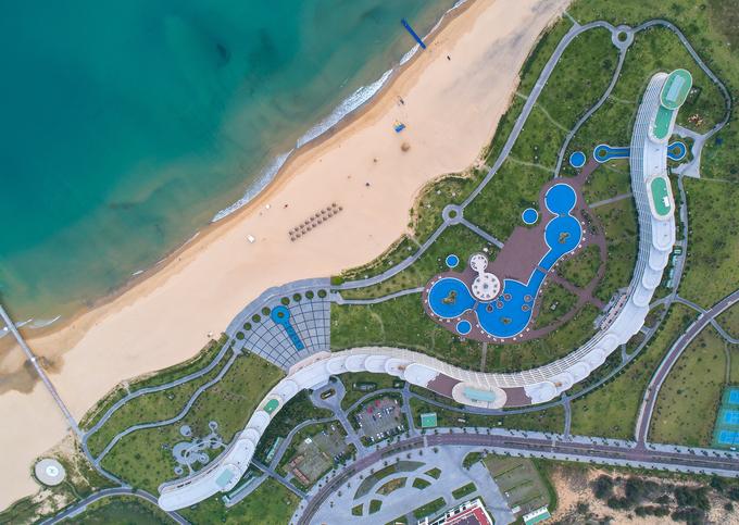 Các dịch vụ lưu trú ở Nhơn Lý hiện rất phong phú, từ homestay, khu cắm trại, nhà nghỉ đến khách sạn, resort.