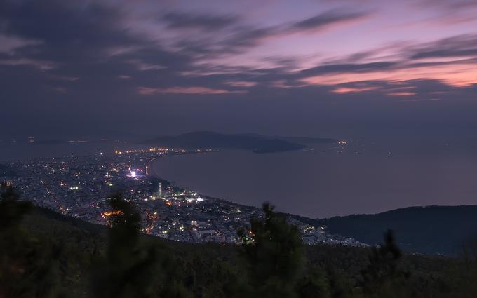 Thành phố Quy Nhơn nhìn từ núi Vũng Chua. Đây được coi là nơi đẹp nhất để ngắm toàn cảnh thành phố từ trên cao. Nhiều du khách thường chọn ngọn núi này để dã ngoại, ngắm bình minh hoặc hoàng hôn.