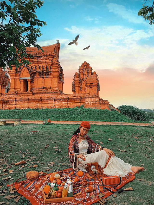 Nằm cách Hà Nội khoảng 40 km, Làng Văn hóa các dân tộc Việt Nam là một gợi ý hay cho nhóm bạn, gia đình khi muốn du lịch trong ngày.