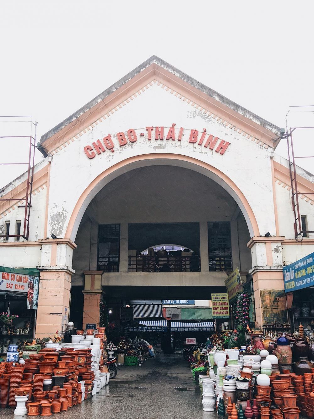 thai-binh-cho-bo-trung-tam-mua-sam-tram-lang-giua-long-thanh-pho-nhon-nhip-ivivu-1