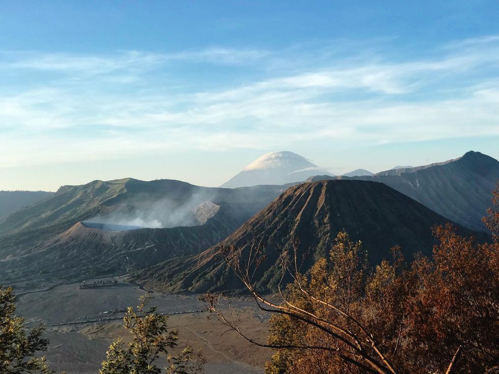 Nhìn từ xa, núi Bromo nổi bật giữa khung cảnh hùng vĩ - Ảnh: NGÔ HOÀNG ANH