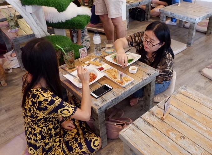 Đồ ăn, nước uống không đa dạng nhưng chất lượng ổn. Món khoai tây chiên không nhiều dầu và được nhiều khách gọi nhất. Giá đồ uống không rẻ, thấp nhất 158 baht/ly (khoảng 110.000 đồng).