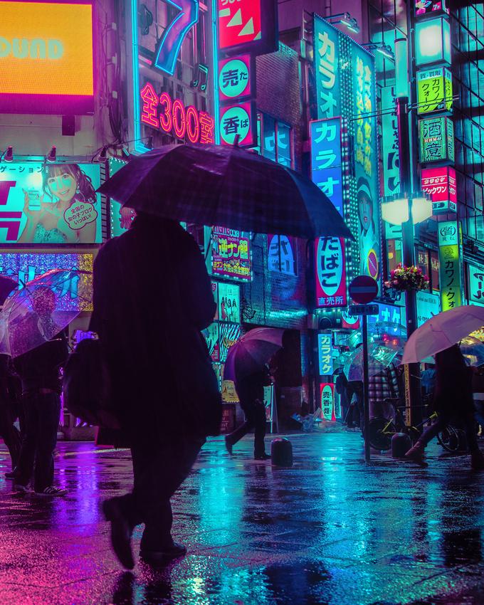 Một trong những điều gây ấn tượng với du khách khi đến Tokyo lần đầu là ánh đèn neon từ bảng hiệu quảng cáo chằng chịt khắp phố. Nhất là khi về khuya, đường phố càng vắng càng làm nổi bật màu sắc chói mắt. Chính vì vậy mà Liam Wong, một nhiếp ảnh gia tự do đã ghi lại hình ảnh này.
