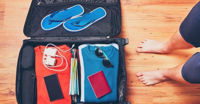 """Hành lý gọn nhẹ  Bạn không phải xếp """"cả thế giới"""" của mình vào vali vì sợ thiếu thốn những thứ lặt vặt trên đường như hồi còn trẻ nữa, mà chỉ cần đem vài món cần thiết. Thậm chí đôi khi chỉ cần một chiếc vali xách tay là đủ. Nếu thiếu thứ gì thì có thể mua tại điểm đến"""