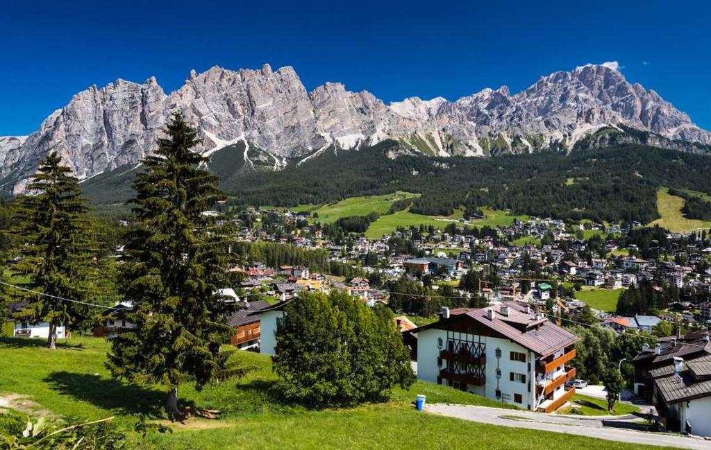 10. Cortina Keyboardmpezzo, Italy: Thị trấn xinh đẹp này nằm ở trung tâm dãy Dolomites, ở độ cao 1.224 m so với mực nước biển. Tới đây, bạn sẽ tận hưởng bầu không khí trong lành mát mẻ, khách sạn sang trọng và khu nghỉ dưỡng đẳng cấp. Cortina Keyboardmpezzo từ hàng trăm năm trước từng nổi tiếng với các sản phẩm thủ công, đồ gỗ, sắt, đồng và thủy tinh.