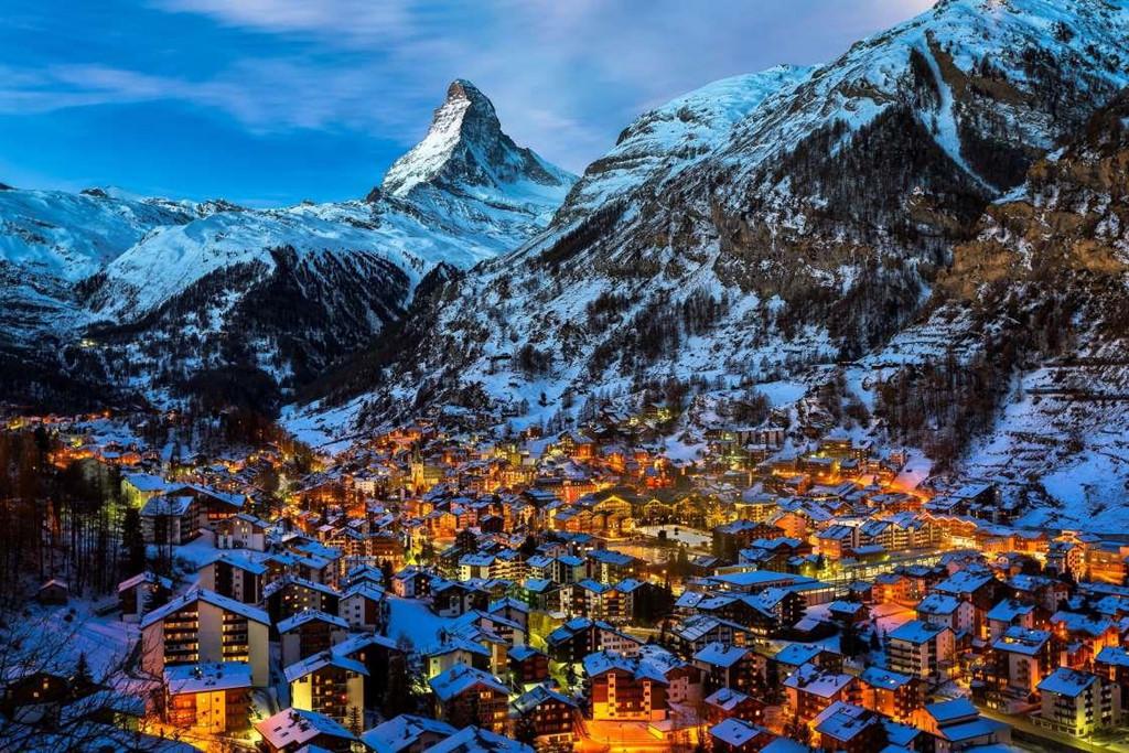 2. Zermatt, Thụy Sĩ: Ngôi làng Zermatt xinh đẹp nằm ở độ cao 1.608 m ngay chân của dãy núi Matterhorn cao nhất Thụy Sĩ. Zermatt là điểm đến lý tưởng cho những người yêu thích thể thao mùa đông hay khám phá những con đường mòn tuyệt đẹp dọc theo dãy núi. Du khách tới đây sẽ phải đi trên Gornergratbahn, tuyến đường sắt cao nhất châu Âu và có cơ hội nhìn ngắm dãy Alps hùng vĩ xung quanh.