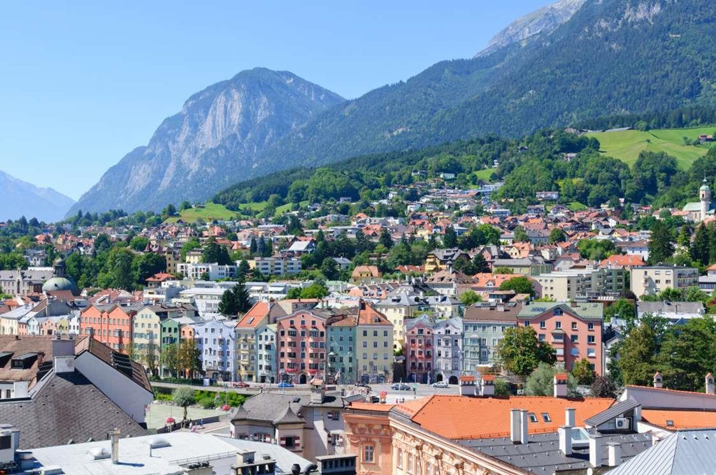 3. Innsbruck, Áo: Thành phố Innsbruck là một trong những nơi được lựa chọn nhiều nhất cho một kỳ nghỉ trên núi ở châu Âu. Innsbruck nằm ở độ cao 574 m so với mực nước biển. Nơi đây có nhiều cung điện, nhà thờ, lâu đài, bảo tàng cùng khung cảnh thiên nhiên xinh đẹp. Thành phố còn nổi tiếng bởi là nơi đăng cai tổ chức các sự kiện thể thao mùa đông như Thế vận hội mùa đông, Paralympic mùa đông và Thế vận hội thanh niên mùa đông.