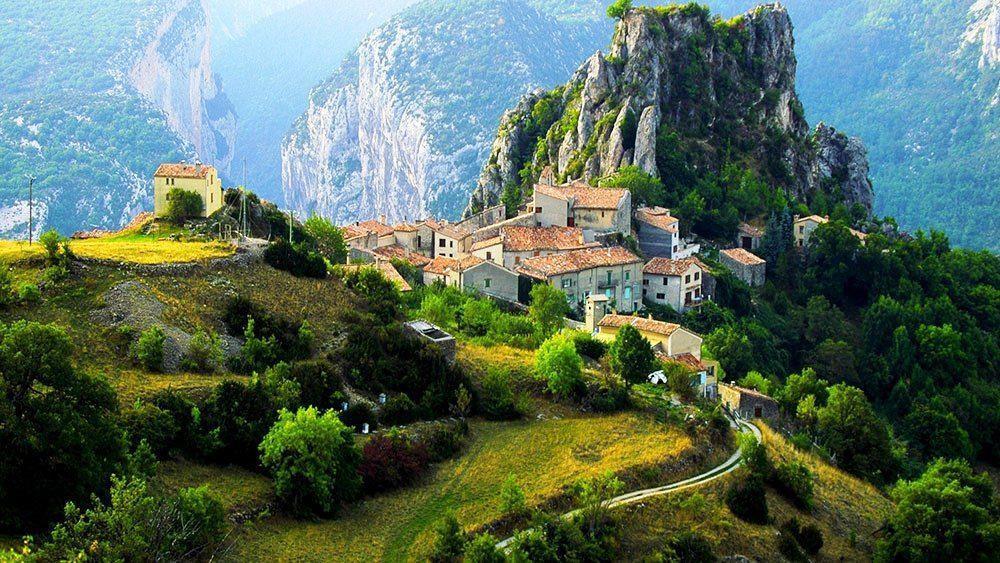 4. Rougon, Pháp: Rougon là một ngôi làng biệt lập, nằm trên cao nguyên của hẻm núi Verdon, thuộc vùng Alpes-de-Haute-Provence ở độ cao 1.900 m. Ngôi làng là một điểm đến yêu thích của những người đam mê khám phá, du lịch hành hương tới Nhà nguyện St Christopher, đi bộ đường dài hay chiêm ngưỡng bầy kền kền núi trên các vách đá.