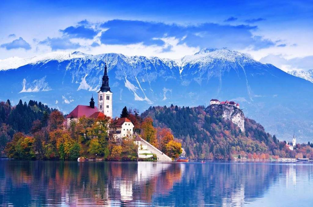 5. Bled, Slovenia: Thị trấn này là điểm du lịch nổi tiếng nằm sát hồ băng Bled ở cao nguyên Carniola, có độ cao 507 m. Ngoài khung cảnh thiên nhiên đẹp như truyện cổ tích, du khách tới đây còn có thể tham quan lâu đài Bled hay Nhà thờ Mary để tìm hiểu về lịch sử của thị trấn. Ngoài ra, ở đây bạn còn có thể tham gia những chuyến đi bộ đường dài, cưỡi ngựa, chơi golf hoặc thư giãn tại những suối nước nóng.