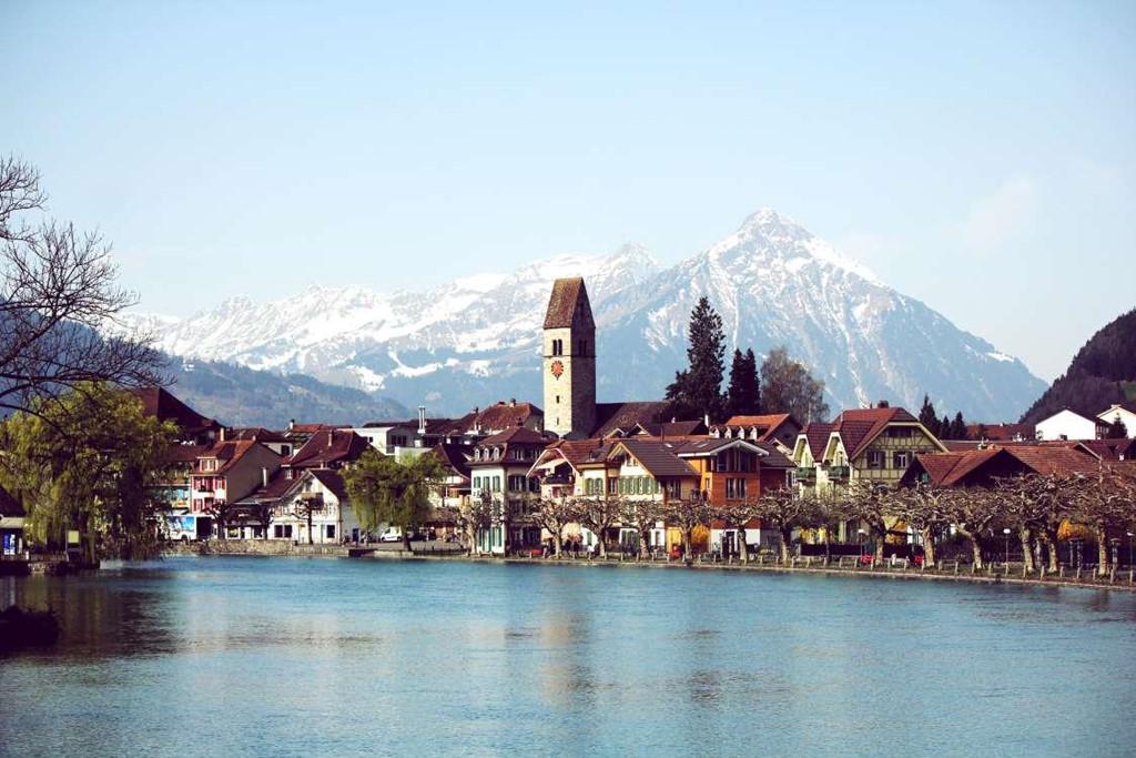 7. Interlaken, Thụy Sĩ: Nằm ở độ cao 566 m, thị trấn Interlaken thuộc vùng cao nguyên Bernese của dãy núi Alps, giữa 2 hồ nước, Thun và Brienz. Thị trấn đóng vai trò là cửa ngõ để đến các địa điểm phiêu lưu gần đó và cung cấp các hoạt động như đi bộ đường dài, dù lượn, nhảy dù và trượt tuyết.
