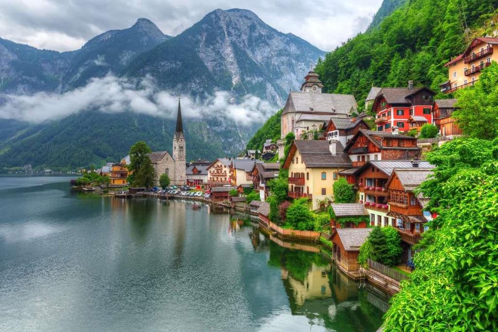 9. Hallstatt, Áo: Nằm ở độ cao 511 m, Hallstatt là một ngôi làng cổ nổi tiếng được chụp ảnh và check-in nhiều nhất tại Áo. Cách tốt nhất để đến đây là đi trên một chuyến phà ở hồ Hallstatt, sau đó đi dọc đường mòn Echerntal và chiêm ngưỡng khung cảnh thần tiên xung quanh vốn là nguồn cảm hứng sáng tác cho biết bao nghệ sĩ, nhà thơ.