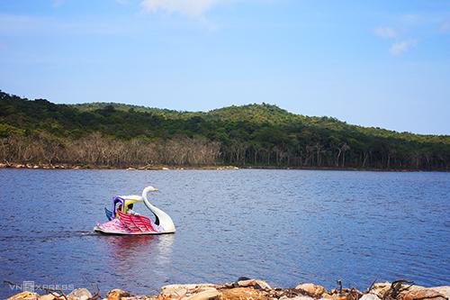 Du khách có thể đi thuyền ngắm cảnh ở hồ Bokor.