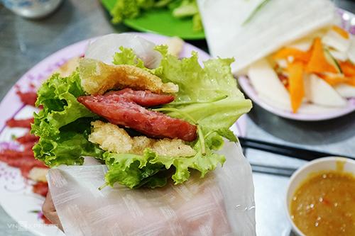 Nem nướng Bà Hùng  Nem nướng không quá nổi tiếng như bánh căn hay bánh mì xíu mại nhưng nhờ vị lạ miệng, dễ ăn, giá cả phải chăng, món này được lòng thực khách. Nằm trong khu quy hoạch Hoàng Văn Thụ là quán ăn có thâm niên gần chục năm.  Những miếng nem được nướng thơm, ăn cùng nước chấm có màu vàng, sền sệt được nấu từ nước hầm xương và tương hột xay. Thịt có vị béo, nước chấm có vị mặn ngọt hài hoà. Thêm vào đó, rau sống tươi sẽ giúp bạn không quá ngán nếu muốn ăn nhiều. Mỗi suất ăn có giá 45.000 đồng.