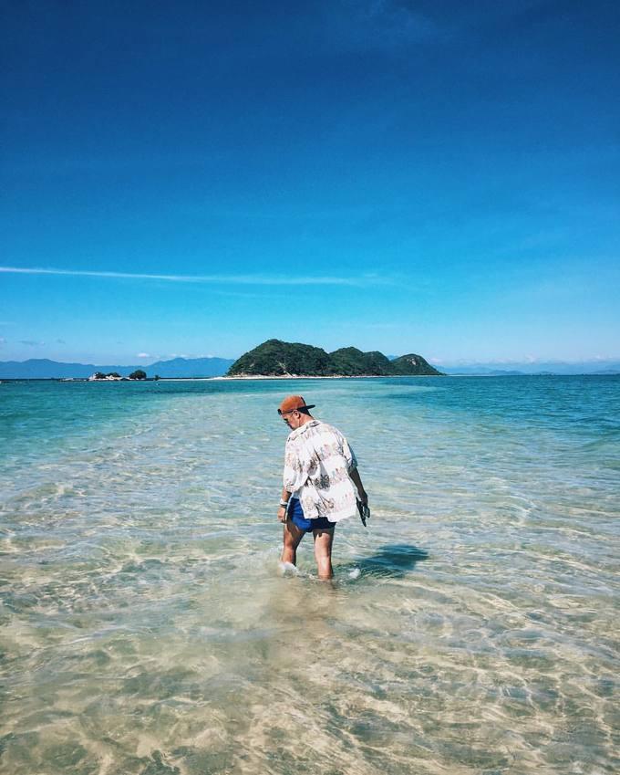 Điệp Sơn, Khánh Hòa  Đảo Điệp Sơn nằm trong vùng biển vịnh Vân Phong, tỉnh Khánh Hòa, cách TP HCM gần 500 km. Nơi này nổi tiếng với trải nghiệm đi bộ trên con đường giữa đại dương. Ngoài những bãi tắm vắng người, nước biển xanh ngắt, Điệp Sơn còn cuốn hút du khách khám phá cuộc sống của hơn 80 hộ dân trên đảo. Ảnh: Hoàng Tuấn Anh.