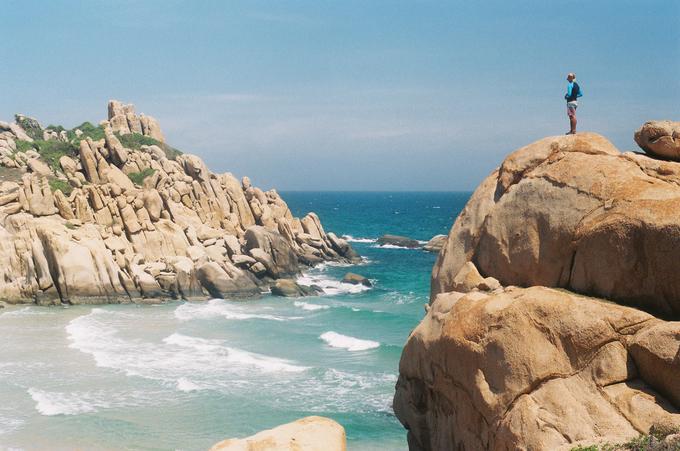 Cù Lao Câu, Bình Thuận  Đảo Cù Lao Câu hay Hòn Cau là một hòn đảo nhỏ thuộc huyện Tuy Phong, cách trung tâm Phan Thiết khoảng 90 km. Những bờ cát trắng mịn, cảnh biển trong xanh cùng bãi đá hùng vĩ thu hút những người yêu thích sự hoang sơ. Ảnh: Chicko Nguyen.