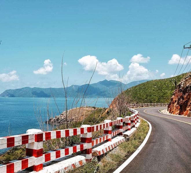Giao thông thuận tiện: Giao thông ở Côn Đảo dần hoàn thiện và cải tiến nhiều hơn với việc thiết lập đường bay riêng, đưa du khách tới thẳng hòn đảo. Trong những ngày nghỉ tại đây, bạn còn có thể tham quan xung quanh đảo bằng xe điện trên con đường nhựa thẳng tắp, sạch sẽ. Ảnh: Nguyen_duyenanh, Yenchee07.