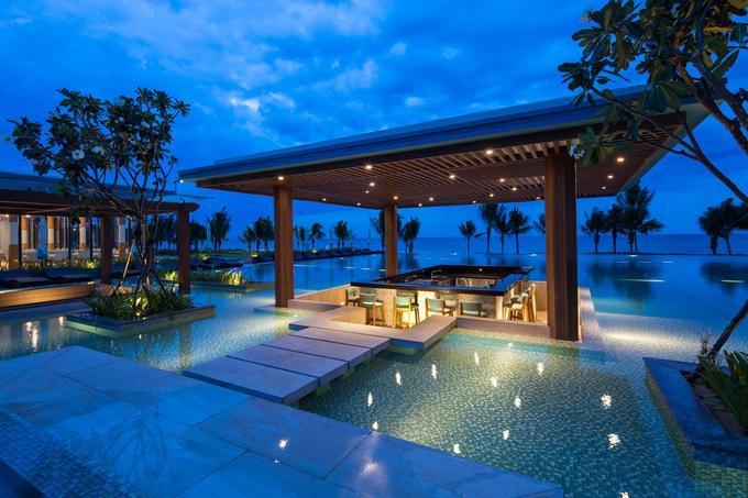 FLC Quy Nhơn Luxury Resort  Resort tọa lạc trên một bãi biển hoang sơ ở Quy Nhơn, có trung tâm hội nghị quốc tế 1.500 chỗ, sân golf 36 hố, công viên sinh thái, khu tâm linh... với đầy đủ dịch vụ theo tiêu chuẩn quốc tế. Du khách có thể đi dạo trong khuôn viên, thư giãn tại bể bơi ngoài trời, quầy bar và trung tâm spa. Bạn cũng có thể tham gia nhiều hoạt động giải trí tại khu vực xung quanh như chơi golf, lặn với ống thở hay các môn thể thao dưới nước. Bạn đừng quên ghé chân tại nhà hàng Salsa The Beach Club, nơi phục vụ các bữa ăn đặc sắc đến từ ẩm thực Địa Trung Hải. Giá một đêm nghỉ biệt thự dành cho 2 người tại đây khoảng 9 - 15 triệu đồng.