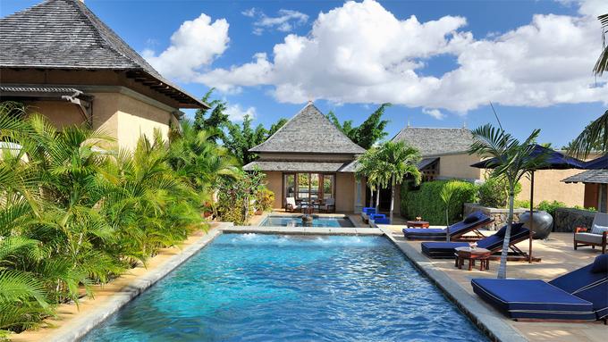 Aurora Villas & Resort  Khu nghỉ dưỡng nằm ven biển thành phố Quy Nhơn, trên quốc lộ 1D. Sở hữu vị trí lý tưởng để ngắm mặt trời mọc, nơi đây còn ghi điểm bởi các tiện ích như bể bơi hiện đại, nhà hàng, spa, rạp chiếu phim ngoài trời, các phòng tập thể dục. Giá nghỉ một đêm dành cho 2 người dao động từ 3,4 đến 5,4 triệu đồng, phòng có giá rẻ nhất là biệt thự đỉnh đồi.