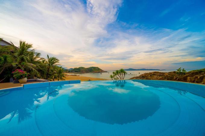 Avani Quy Nhơn Resort  Resort này cách trung tâm TP Quy Nhơn 10 km và sân bay Quy Nhơn 36 km. Phòng ngủ ở đây có ban công nhìn ra biển. Khách còn được ăn uống tại nhà hàng trên đỉnh vách đá ngoài trời. Du khách sẽ được tận hưởng bờ biển nguyên sơ với bãi cát mịn trải dài. Bạn còn có thể đến tham quan hòn đảo riêng của khu nghỉ dưỡng bằng thuyền kayak hoặc thuyền của ngư dân. Bạn sẽ được đắm mình thư giãn một ngày chỉ có bơi, lặn biển, câu cá, tắm nắng, dã ngoại trong thế giới của riêng mình. Giá phòng một đêm cho 2 người từ 4,5 triệu.