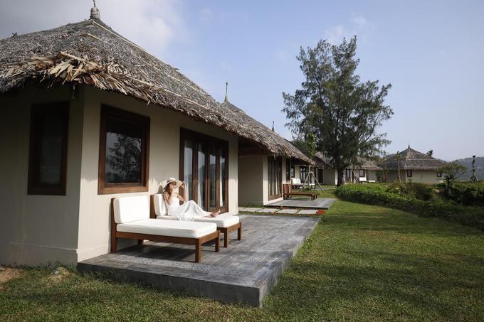 Crown Retreat Quy Nhơn Resort  Đây là một khu nghỉ dưỡng cao cấp với 50 căn bungalow. Thiết kế của khu nghỉ hiện đại nhưng đậm nét văn hóa miền biển đã tạo nên một không gian tràn ngập ánh nắng. Resort cũng có bãi biển riêng và hồ bơi ngoài trời. Giá một đêm cho hai người tại đây từ 2,9 triệu đồng.